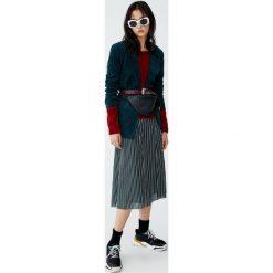Krótki sweter ze sztucznego futerka. Różowe swetry klasyczne damskie Pull&Bear. Za 79,90 zł.