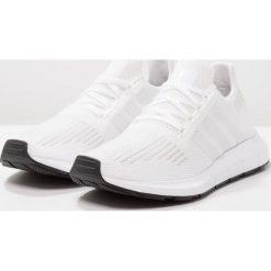 Adidas Originals SWIFT RUN Tenisówki i Trampki white. Białe tenisówki damskie marki adidas Originals, z materiału. W wyprzedaży za 303,20 zł.