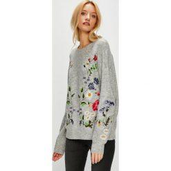 Medicine - Sweter Hand Made. Szare swetry klasyczne damskie marki MEDICINE, l, z dzianiny, z okrągłym kołnierzem. W wyprzedaży za 159,90 zł.