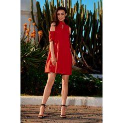 Sukienka z odkrytymi ramionami czerwony KALI. Czerwone sukienki balowe marki Lemoniade, na imprezę, z materiału, w kształcie a. Za 159,90 zł.