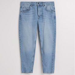 Jeansy regular cropped - Niebieski. Niebieskie jeansy męskie regular marki Reserved. W wyprzedaży za 49,99 zł.