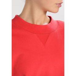 Filippa K Bluza scarlet. Czerwone bluzy damskie Filippa K, l, z bawełny. W wyprzedaży za 471,20 zł.