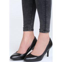 Czarne Czółenka Raveen. Czarne buty ślubne damskie marki Born2be, ze szpiczastym noskiem. Za 69,99 zł.