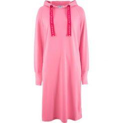 Sukienka dresowa z kolekcji Maite Kelly bonprix jaskrawy jasnoróżowy. Czerwone sukienki dresowe marki bonprix. Za 89,99 zł.