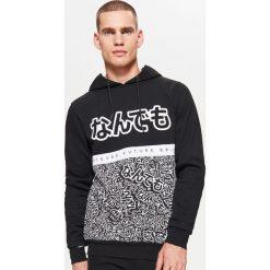 Dresowa bluza z nadrukami WHATEVER - Czarny. Czarne bluzy dresowe męskie Cropp, l, z nadrukiem. Za 129,99 zł.