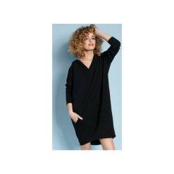 Zakapturzona Carla - sukienka z kapturem - czarna. Czarne sukienki z falbanami marki Sinsay, l, z kapturem. Za 219,00 zł.