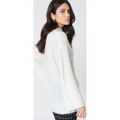 Swetry oversize damskie: NA-KD Dzianinowy sweter z szerokim rękawem – Offwhite