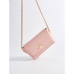 Torebka na łańcuszku - Różowy. Czerwone torebki klasyczne damskie Mohito. W wyprzedaży za 49,99 zł.