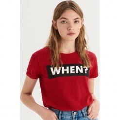 T-shirt z nadrukiem - Czerwony. Czerwone t-shirty damskie Sinsay, l, z nadrukiem. Za 19,99 zł.