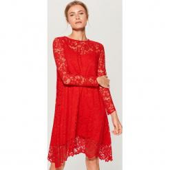 Czerwona sukienka z koronki - Czerwony. Czerwone sukienki koronkowe marki Mohito, l, w koronkowe wzory. Za 149,99 zł.