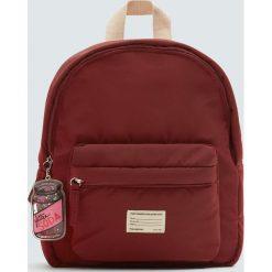 Bordowy plecak z brelokiem. Czerwone plecaki damskie Pull&Bear. Za 89,90 zł.