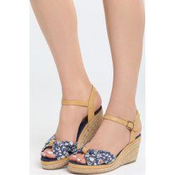 Granatowe Sandały Creme Brulee. Niebieskie sandały damskie marki Born2be, z materiału, na koturnie. Za 69,99 zł.