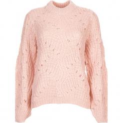 Sweter w kolorze jasnoróżowym. Czerwone swetry oversize damskie Vero Moda, xs, ze splotem. W wyprzedaży za 130,95 zł.