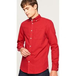Koszula regular fit z ozdobną taśmą na plisie - Czerwony. Czerwone koszule męskie na spinki marki Cropp, l. Za 89,99 zł.