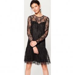 Koronkowa sukienka z długimi rękawami - Czarny. Czerwone sukienki koronkowe marki Mohito. Za 149,99 zł.