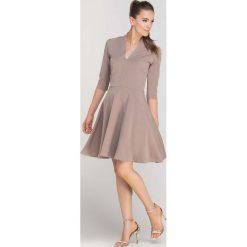 Sukienki: Beżowa Sukienka Rozkloszowana z Ładnym Dekoltem