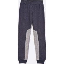 Guess Jeans - Spodnie dziecięce 118-175 cm. Szare jeansy męskie z dziurami marki Guess Jeans, z aplikacjami, z bawełny. W wyprzedaży za 99,90 zł.