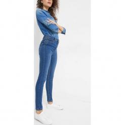 Jeansy skinny ze sznurowaniem. Niebieskie boyfriendy damskie Orsay, z bawełny. Za 99,99 zł.