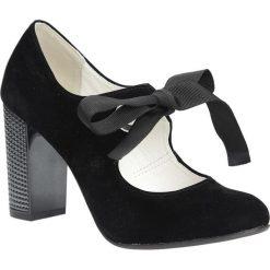 Czarne czółenka na ozdobnym obcasie wiązane wstążką Casu 730. Czarne buty ślubne damskie marki Kazar, ze skóry, na wysokim obcasie, na obcasie. Za 99,99 zł.
