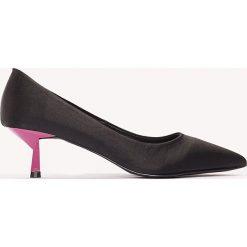 Buty ślubne damskie: NA-KD Shoes Satynowe czółenka na niskim obcasie - Black,Multicolor