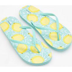 Japonki - Żółty. Białe japonki damskie marki Reserved, na wysokim obcasie. W wyprzedaży za 19,99 zł.