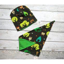 Czapka i apaszka w zwierzęta leśne. Szare czapeczki niemowlęce marki Pakamera, z motywem zwierzęcym, z dresówki. Za 65,00 zł.