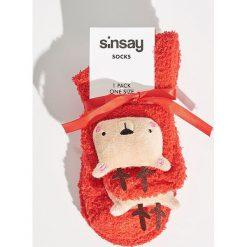 Skarpetki z reniferami - Czerwony. Szare skarpetki damskie marki Sinsay, l, z motywem z bajki. Za 14,99 zł.