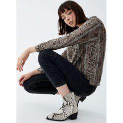 Koszula w wężowy wzór. Szare koszule damskie Pull&Bear, z długim rękawem. Za 69,90 zł.
