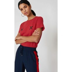 NA-KD Koszulka Double X - Red. Czerwone t-shirty damskie NA-KD, z okrągłym kołnierzem. Za 72,95 zł.