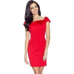 Angela – sukienka z asymetryczną klapką w dekolcie karo czerwony. Czerwone sukienki asymetryczne Bergamo, z materiału, eleganckie, z asymetrycznym kołnierzem, z krótkim rękawem, mini. Za 129,99 zł.