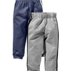 Spodnie dresowe (2 pary) bonprix niebieski indygo + szary melanż. Niebieskie spodnie chłopięce marki bonprix, z nadrukiem, z dresówki. Za 25,98 zł.
