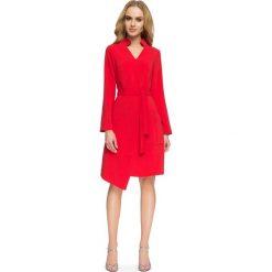 Czerwona Sukienka Szmizjerka z Wiązanym Paskiem. Czerwone sukienki asymetryczne marki Molly.pl, do pracy, l, biznesowe, z asymetrycznym kołnierzem, z długim rękawem. Za 138,90 zł.