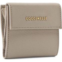 Mały Portfel Damski COCCINELLE - AW5 Metallic Soft E2 AW5 11 87 01  Seashell 143. Czarne portfele damskie marki Coccinelle. W wyprzedaży za 349,00 zł.