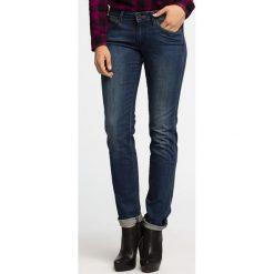 Wrangler - Jeansy Molly. Szare proste jeansy damskie marki Wrangler, na co dzień, m, z nadrukiem, casualowe, z okrągłym kołnierzem, mini, proste. W wyprzedaży za 259,90 zł.