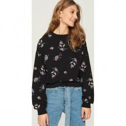 Bluza z nadrukiem all over - Czarny. Czarne bluzy z nadrukiem damskie Sinsay, l. W wyprzedaży za 29,99 zł.