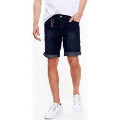 SZORTY MĘSKIE JEANSOWE Z LEKKIMI PRZETARCIAMI. Szare bermudy męskie Top Secret, na lato, z jeansu. Za 49,99 zł.