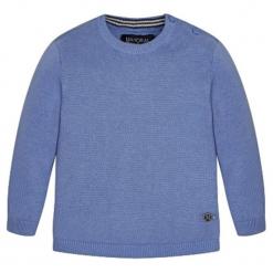 Sweter w kolorze niebieskim. Niebieskie swetry chłopięce marki Mayoral, z okrągłym kołnierzem. W wyprzedaży za 54,95 zł.