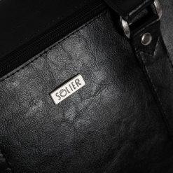 Skórzana torba na ramię laptopa Solier MARCEL czarna. Czarne torby na ramię męskie marki Solier, w paski, ze skóry. Za 399,20 zł.
