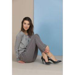 Swetry klasyczne damskie: Sweter z haftowanymi motylkami