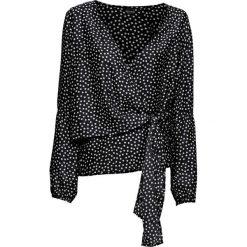 Bluzka z nadrukiem bonprix czarno-biały w groszki. Czarne bluzki z odkrytymi ramionami bonprix, w grochy, z kopertowym dekoltem. Za 89,99 zł.