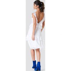 NA-KD Boho Szyfonowa sukienka z odkrytymi plecami - White. Niebieskie sukienki boho marki NA-KD Boho, na imprezę, w koronkowe wzory, z koronki, na ramiączkach, mini. Za 121,95 zł.