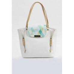 Torba z wzorzystą klapą. Szare torebki klasyczne damskie Monnari, ze skóry, małe. Za 99,60 zł.