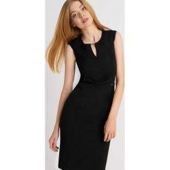 Sukienki balowe: Ołówkowa sukienka z ozdobnym dekoltem