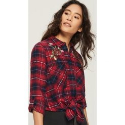 Koszula z aplikacją - Czerwony. Czerwone koszule damskie marki Sinsay, l, z aplikacjami. W wyprzedaży za 39,99 zł.