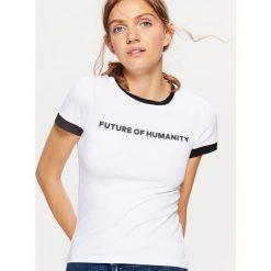 Koszulka z kontrastowym obszyciem kolekcja EQUAL - Biały. Białe t-shirty damskie Cropp, l, z kontrastowym kołnierzykiem. Za 29,99 zł.