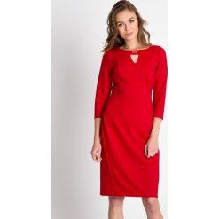 Sukienki: Czerwona sukienka z ozdobnym dekoltem QUIOSQUE