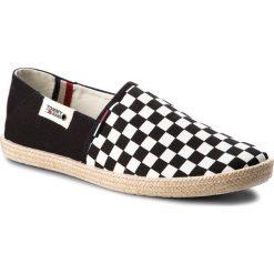 Espadryle TOMMY JEANS - Check Slip On Shoe EM0EM00098 Black White Check 901. Białe espadryle męskie Tommy Jeans, z jeansu. W wyprzedaży za 169,00 zł.