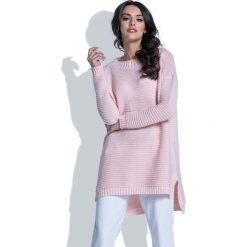 Swetry oversize damskie: Pudrowy Sweter w Prążek z Dłuższym Tyłem