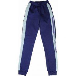 Spodnie dresowe w kolorze granatowym. Brązowe dresy chłopięce marki bonprix, melanż, z dresówki. W wyprzedaży za 49,95 zł.