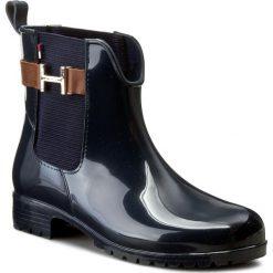 Kalosze TOMMY HILFIGER - Oxley 7R FW56821567 Midnight/Noce 403. Czarne buty zimowe damskie marki TOMMY HILFIGER, z materiału, z okrągłym noskiem, na obcasie. W wyprzedaży za 219,00 zł.